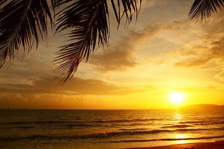雲と海に沈む夕日 写真素材