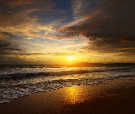 shoreline: Puesta de sol sobre el mar de nubes  Foto de archivo