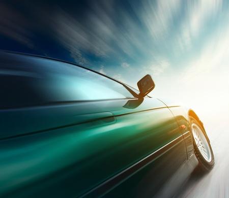 light speed: Coche borrosa en carretera y cielo con nubes