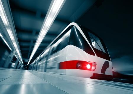 entrenar: Tren r�pido de movimiento borrosa en estaci�n