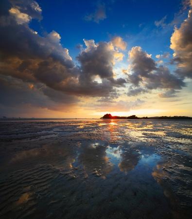 ebb: Zachód słońca nad plaży podczas ebb