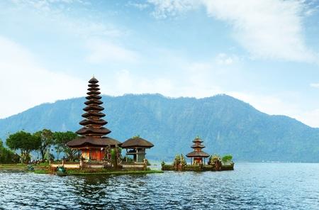 ヒンズー教寺院ブラタン湖の上。バリ島。インドネシア