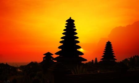tempels: Traditionele hindoe gebouwen bij zonsondergang achtergrond. Pura Besakih. Indonesië Stockfoto