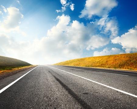 horizonte: Campo vac�o asfalto carretera y azul cielo con nubes Foto de archivo