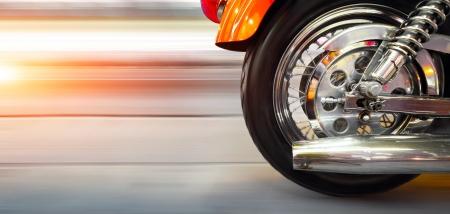 motor race: Een deel van een luxe motor met onscherpe asfaltweg