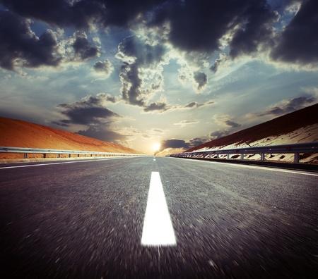 赤色土と日没とぼやけアスファルト道路トラフ丘