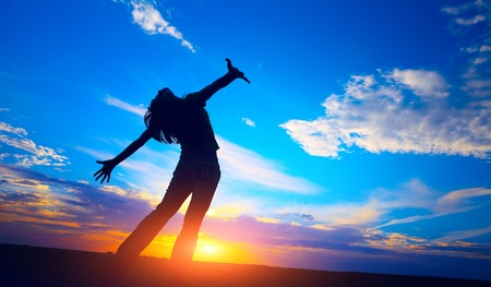 manos levantadas al cielo: Mujer
