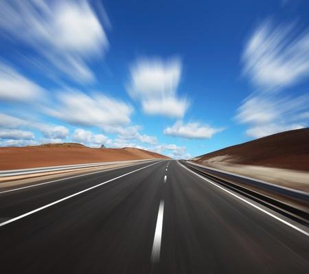 light speed: Movimiento borrosa carretera de asfalto y el cielo azul nublado
