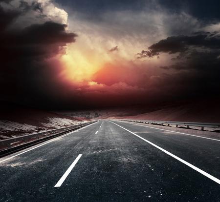 oscuro: La carretera de asfalto sucio y oscuras nubes de truenos Foto de archivo