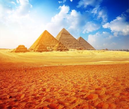 Gizeh Tal mit großen Pyramiden mit blauen Himmel bewölkt