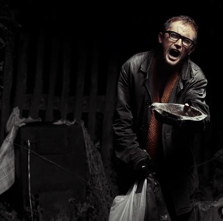 hombre pobre: Rugidos en el hombre vagabundo sucio lleva buscando a una cámara y pidiendo ayuda con antena