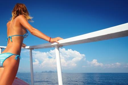 yachten: Junge Frau auf einem Schiff der Vorstand und der Suche nach einem Horizont