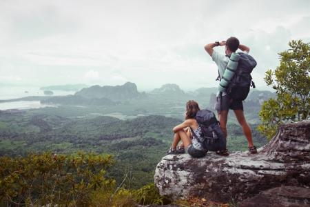 valley view: Backpackers sulla cima di una montagna che gode vista sulla valle