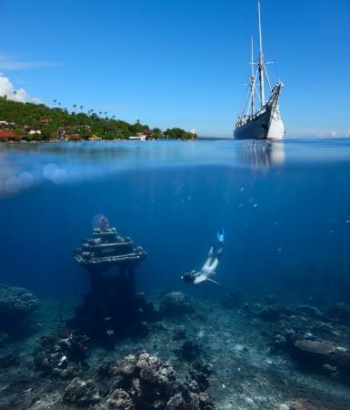 picada: Collage con buceo para mujer bajo el agua en un hito apnea y navegar en barco en la superficie del agua con tierra firme en el horizonte Foto de archivo