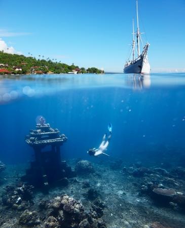 ダイビング水中ランドマークに呼吸ホールドと帆の船に水の表面に地平線上の主要な土地の女性とコラージュします。