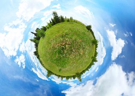 Sphärische Panorama von einer grünen Wiese mit Bäumen und blauen Sommerhimmel bewölktem Himmel