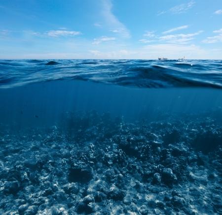 Tir sous-marin du récif de corail combinée avec surface de la mer avec des vagues et de ciel bleu