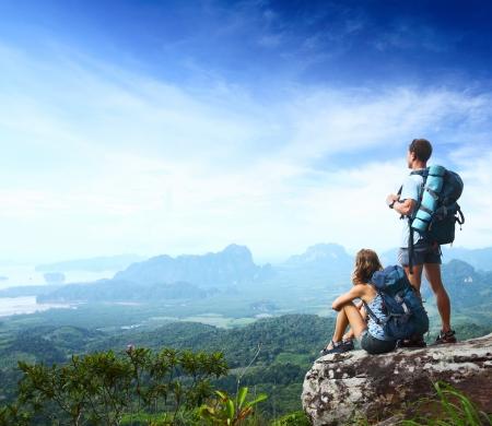 valley view: Backpackers giovani che godono di una vista sulla valle dalla cima di una montagna