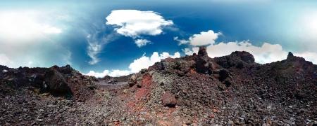 incursion: Panorama d'un sol volcanique et le ciel bleu avec des nuages Banque d'images