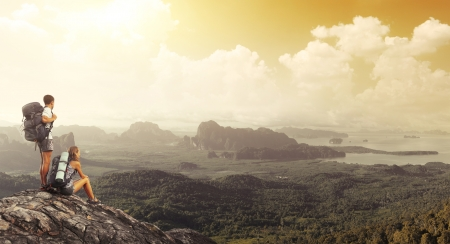 senderismo: Dos turistas con mochilas de relax en la cima de una monta�a y disfrutar de Valley View
