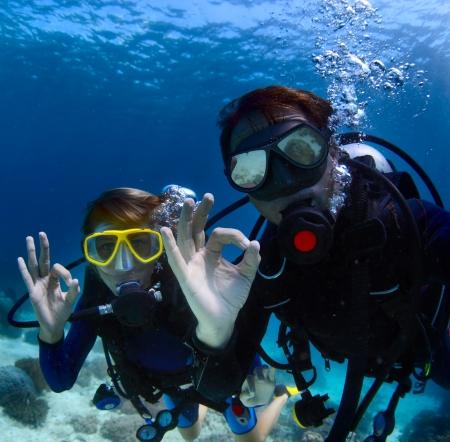スキューバダイバー水中 ok 信号を表示