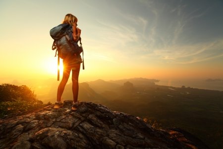 登る: ハイカー バックパックを山の上にリラックスして日の出を楽しんで