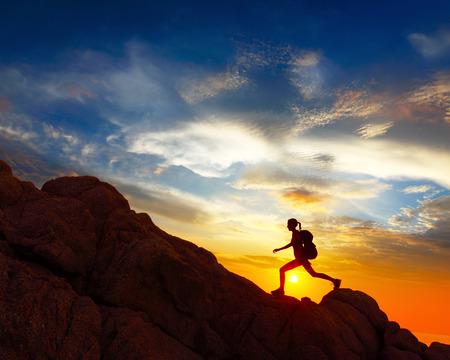 Wandelaar met rugzak kruising rotsachtig terrein