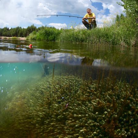 若い男緑の池の底に雑草の水中景色を海岸の釣り