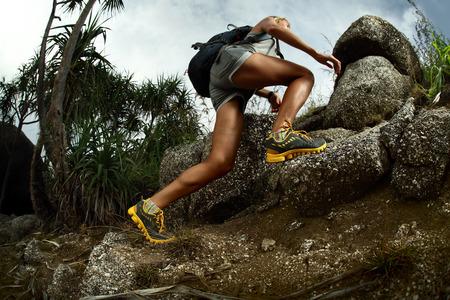 Escursionista con zaino l'attraversamento terreni rocciosi Archivio Fotografico - 25582953