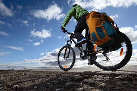 Cykloturistických s naloženým jízdu na kole na prázdné silnici