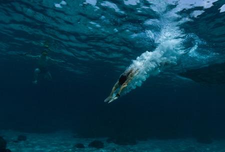 맑은 바다 물에 뛰어 사람의 수중 촬영 스톡 콘텐츠