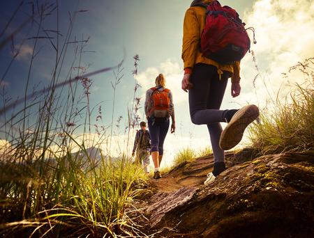 persona caminando: Grupo de excursionistas caminando en las monta�as Foto de archivo