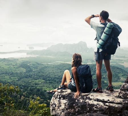 Wanderer entspannt auf dem Gipfel des Berges und genießen Talblick