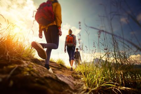 путешествие: Группа туристов, идущих в горы. Края изображения размыты