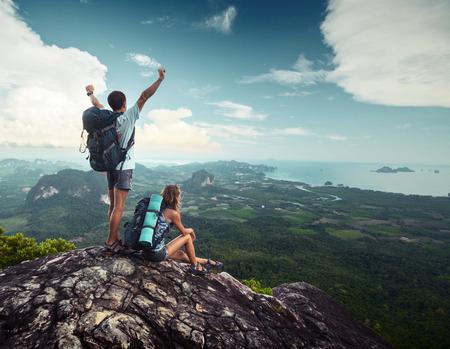 Wandelaars die zich op de top van de berg Stockfoto