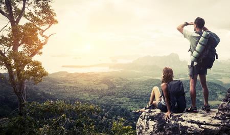 escalando: Los excursionistas de relax en la cima de la monta�a y disfrutar de la vista verde valle