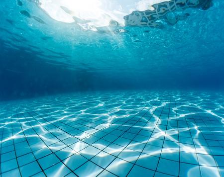 スイミング プールの水中撮影
