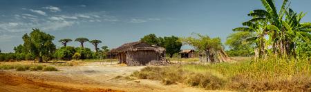 道路沿いの木造建築とパノラマ。マダガスカル 写真素材