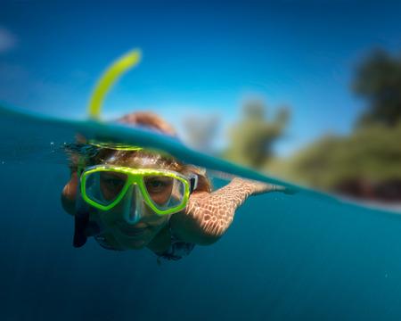 Lady plongée en apnée dans une mer