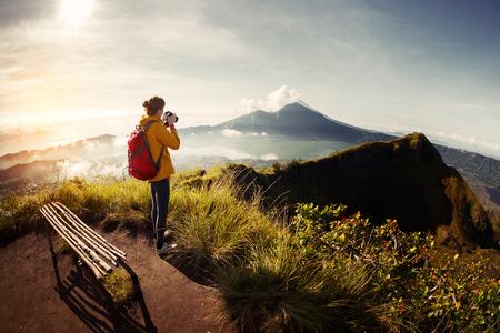 Wandelaar fotograaf die foto van de vallei met bergen uit het zicht punt Stockfoto
