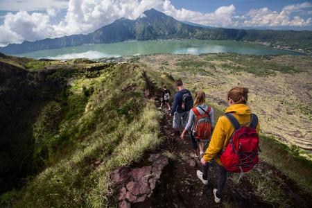 バトゥール、バリ、インドネシアの火山のカルデラを歩くハイカーのグループ