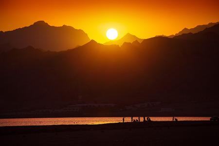 monte sinai: Puesta de sol sobre las montañas en el sur del Sinaí, Dahab, Egipto