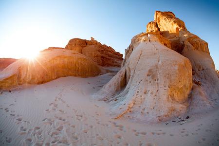 monte sinai: Montañas de piedra caliza en el desierto.