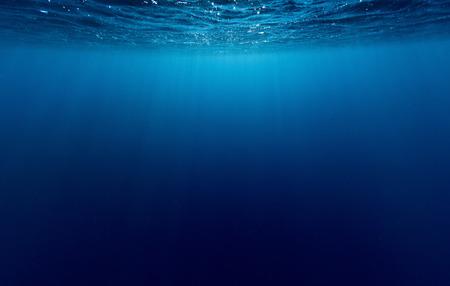 Tiro subacuático de la superficie del mar con olas Foto de archivo - 33322761