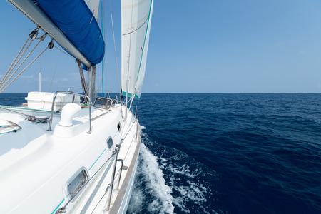 바닷가에서 움직이는 항해 보트 스톡 콘텐츠