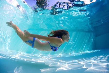 Jeune femme nage sous-marine Banque d'images