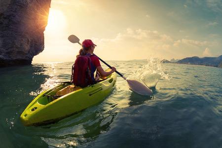ocean kayak: Mujer en el kayak