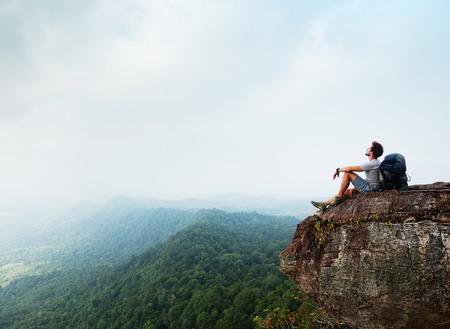libertad: Caminante en el acantilado