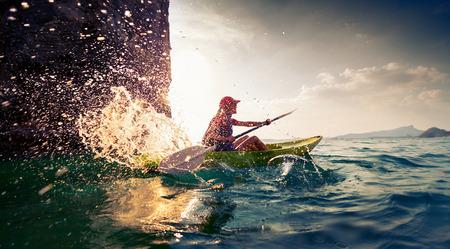 olas de mar: Mujer con el kayak Foto de archivo