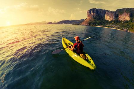 ocean kayak: Mujer con el kayak Foto de archivo